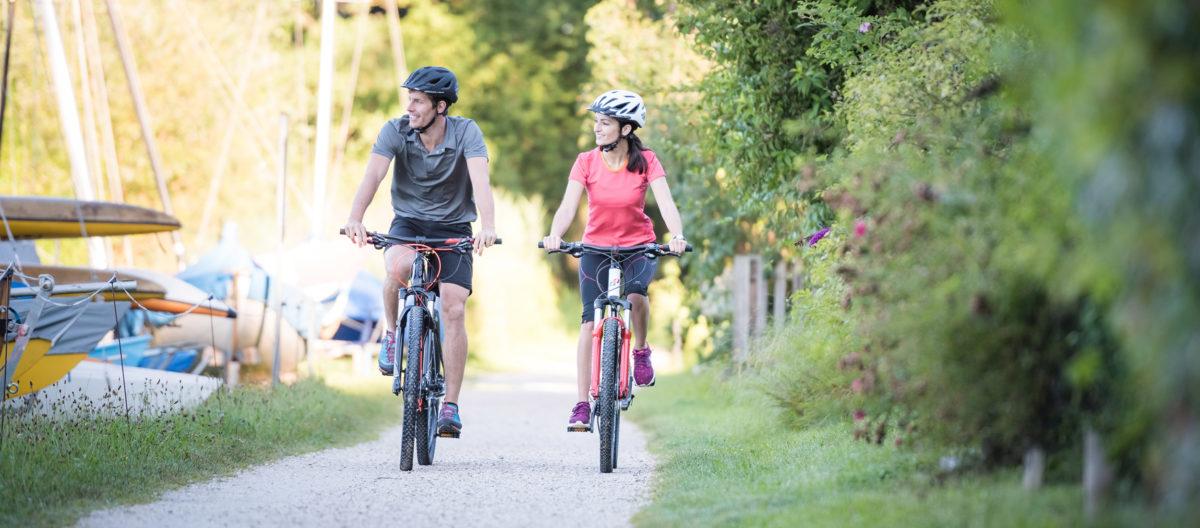 Radfahren entlang des Chiemsees